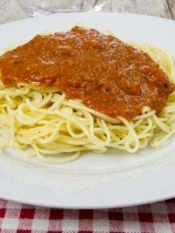 Makaronia me Kima (Greek Spaghetti with Meat Sauce)