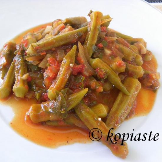 Mpamies me liastes ntomates (Braised Okra with sun-dried tomatoes)