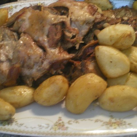 Agriogourouno sti gastra – (Dutch Oven Roasted Wild Boar)