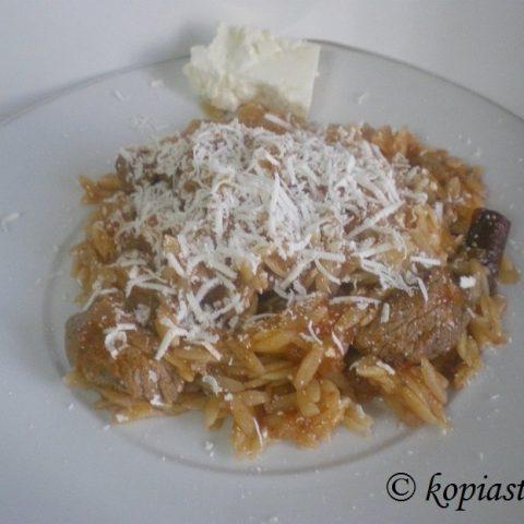 Moschari Kokkinisto me kritharaki (Veal with orzo)