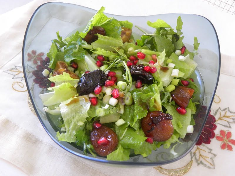 Rocket and lettuce salad with poached fruit image