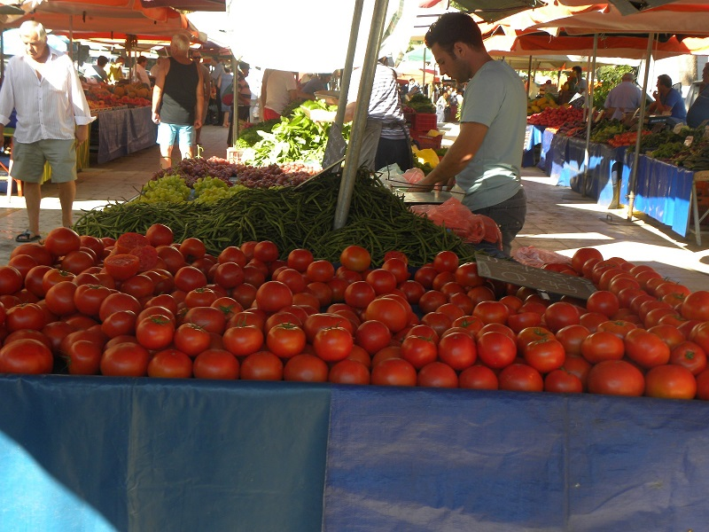 Tomatoes sold at the farmers' market image